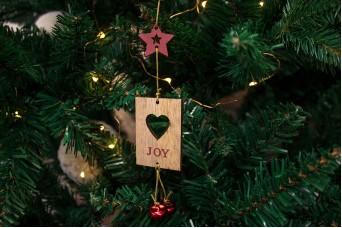 """Χριστουγεννιάτικο Κρεμαστό Καρτελάκι """"Joy"""" με Κουδουνάκια CD143914-1"""