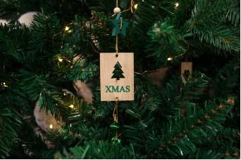 """Χριστουγεννιάτικο Κρεμαστό Καρτελάκι """"Xmas"""" με Κουδουνάκια CD143914-2"""