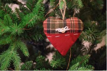Χριστουγεννιάτικο Στολίδι Καρδιά Μαξιλαράκι Καρώ 12cm CD2224