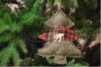 Χριστουγεννιάτικο Στολίδι Έλατο Μαξιλαράκι Καρώ 18cm CD2226