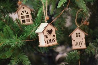 Χριστουγεννιάτικο Ξύλινο Σπιτάκι Φυσικό Καρδιά-Νιφάδες 6cm CD5129-1