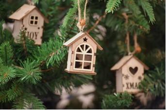 Χριστουγεννιάτικο Ξύλινο Σπιτάκι Φυσικό Οβάλ Παράθυρο 6cm CD5129-3