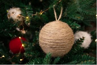 Χριστουγεννιάτικες Μπάλες 2τεμ. με Φυσική Γιούτα CD172617