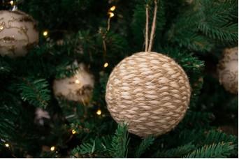 Χριστουγεννιάτικες Μπάλες Δίχρωμες με Φυσική Γιούτα CD8062